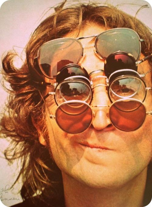 john lennon con gafas vintage