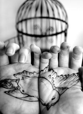 Jaula y manos tatuadas