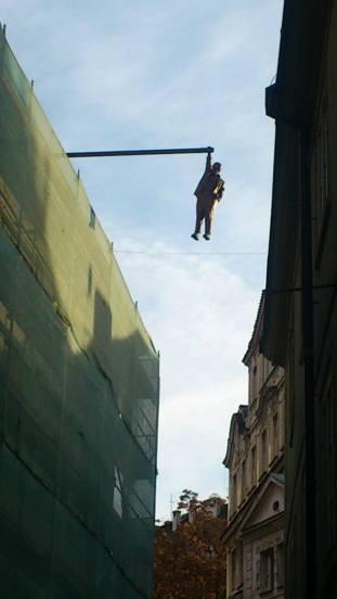 """El hombre colgado """"Hanging out"""" de David Černý."""