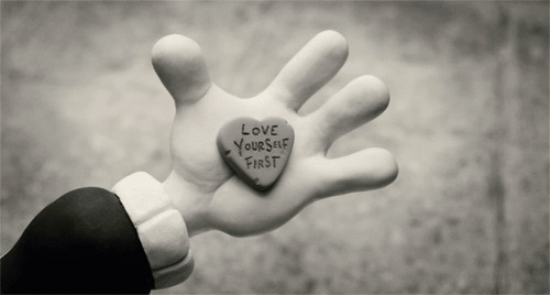 """Love yourself first"". Fotograma de www.maryandmax.com."