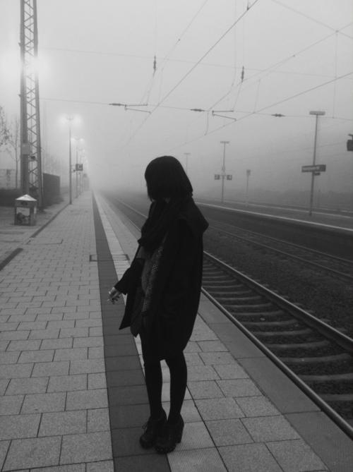 despedidas en estación de tren blanco y negro